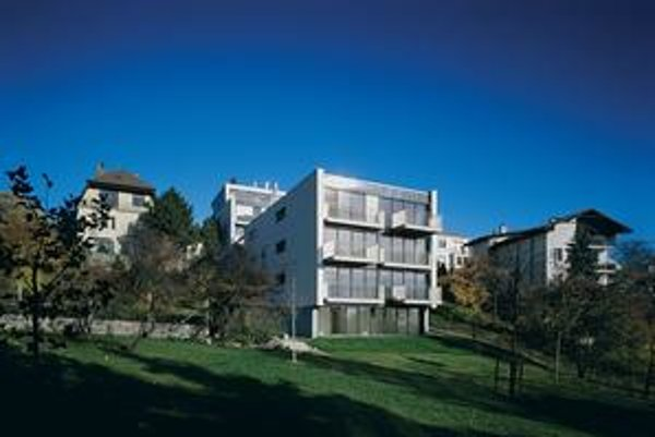 Najlepší bytový dom je podľa Slovenskej komory architektov na Mudroňovej ulici v Bratislave. Autor projektu Ľubomír Závodný a jeho tím rešpektovali svahovitý terén aj okolie.