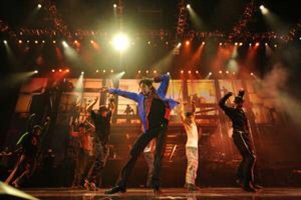 Michael Jackson s tanečníkmi počas skúšok na This Is It.
