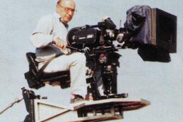 Theodoros Angelopoulos (1936), grécky režisér, klasik svetového filmu. Jeho film Večnosť a deň získal Zlatú palmu a  cenu ekumenickej poroty na MFF v Cannes 1998. Po Trilógii hraníc (Dni roku 36, Kočovné divadlo, Lovci) a Trilógii ticha (Cesta na Kythéru,
