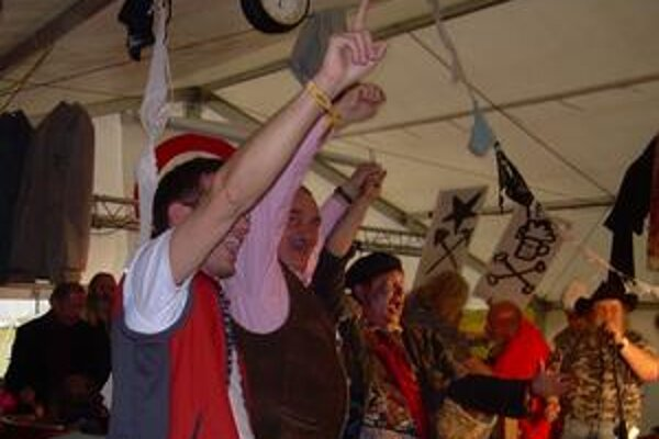Knieža Schwarzenberg spieva Internacionálu, vľavo vzadu mu do toho na plechových sudoch bubnuje Václav Havel.