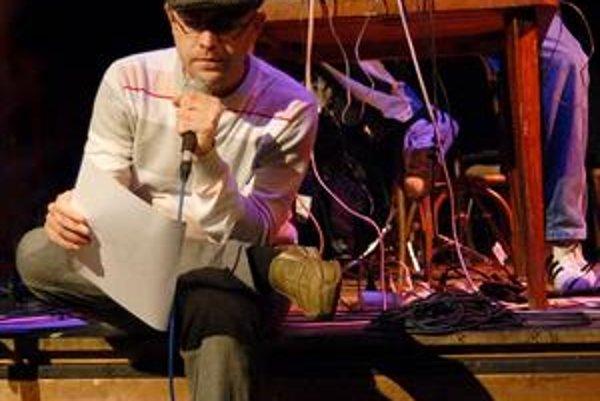 Netypický obrázok hip-hopu. Peťo Tázok (dole) a producent Karaoke Tundra.