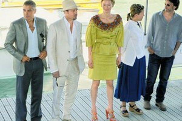 George Clooney (zľava), Brad Pitt, Tilda Swinton, Frances McDormand a režisér Joel Coen na predstavovaní svojho filmu Burn After Reading.