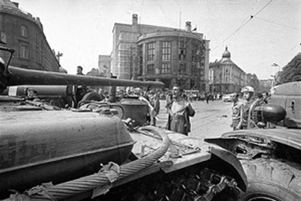 Fotografie Ladislava Bielika z augusta 1968 môžeme po dlhom čase znovu obdivovať na výstave pod holým nebom na Šafárikovom námestí v Bratislave. Fotografia hore vznikla práve na Šafárikovom námestí (v pozadí je Právnická fakulta UK) a po uverejnení v denn