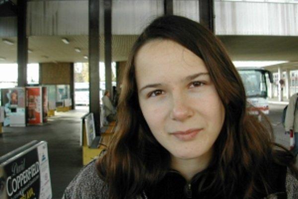 Ivana Dobrakovová sa narodila 17. 4. 1982 v Bratislave, žije v Turíne. Vyštudovala prekladateľstvo a tlmočníctvo, anglický a francúzsky jazyk na Filozofickej fakulte UK. Pracuje ako prekladateľka na voľnej nohe, preklady poviedok publikovala v Revue sveto