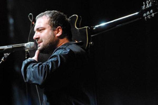 Gitarista a spevák Ivan Tásler počas koncertu skupiny IMT Smile, ktorý odohrali v utorok večer na banskobystrickom Námestí SNP. Banská Bystrica, 14. máj 2008.