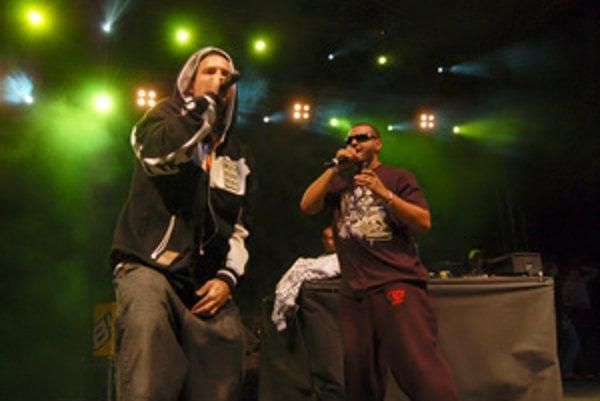 Členovia skupiny Kontrafakt počas vystúpenia na hiphopovom festivale. Nové Mesto nad Váhom, 4. 8. 2007.