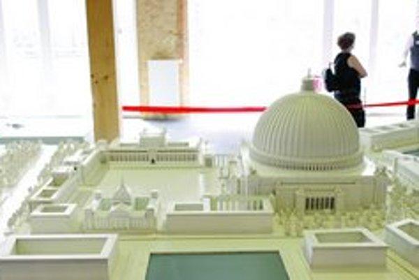 """Model """"Veľkej haly"""", ktorú navrhol architekt Albert Speer, je súčasťou výstavy Germania."""