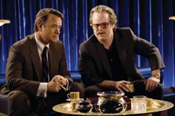 Kongresman Charlie Wilson (Tom Hanks, vľavo) a jeho partner (Philip Seymour Hoffman) pomáhajú Afganistanu.