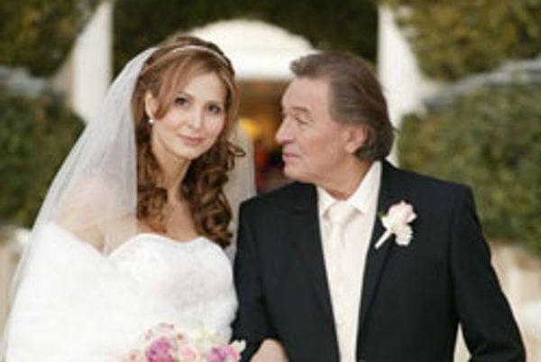 Najúspešnejší a najznámejší český spevák Karel Gott sa v pondelok (7.1.2008) v kaplnke mesta Las Vegas oženil so svojou dlhoročnou partnerkou Ivanou Macháčkovou. Na svadobnej ceremónii ich sprevádzala 20-mesačná dcéra Charlotte Ella a Gottova svokra Blank