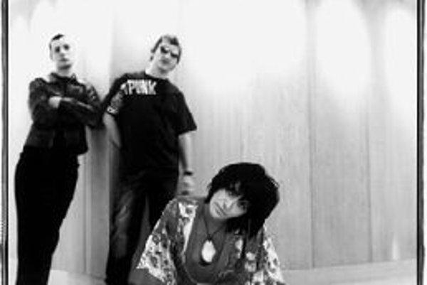 """Kosheen v BrneSian Evans, Darren """"Decoder"""" Beale a Markee """"Substance"""" Morrison sú mená, ktoré pozná každý priaznivec tanečnej hudby. Skupina Kosheen vznikla v roku 1998 vo Veľkej Británii. Jej troch členov spája vášeň pre rock, hip-hop, džez, drum'n'bas"""