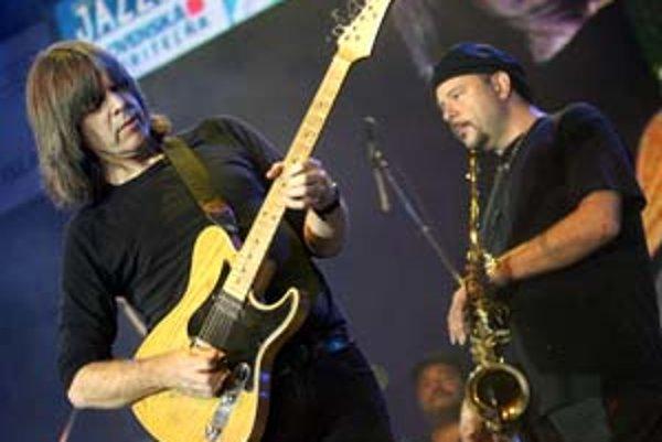 """Mike Stern a Us3 (dole), hviezdy tohtoročných """"džezákov""""."""
