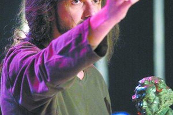Angažovaný režisér Fernando León de Aranoa. Keď v roku 2003 preberal národné filmové ceny Goya za film Pondelky na slnku, mal v rukách odkaz Nie vojne. Oddnes sa u nás premieta jeho zatiaľ posledný hraný film Princezné.