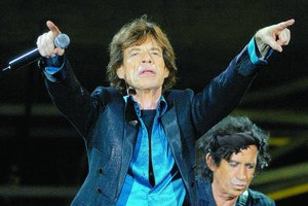 Mick Jagger a Keith Richards počas brnianskeho koncertu. Dvojhodinovú šou, v ktorej odznelo 19 skladieb, sledovalo do 30-tisíc ľudí.