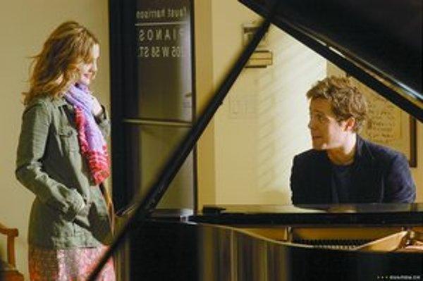 Hugh Grant a Drew Barrymorová vo filme Hudba a text.