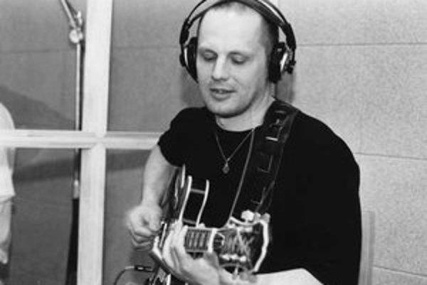 Andrej Šeban (1962). Gitarista, skladateľ a vyhľadávaný sideman podpísaný pod množstvom najrôznejších projektov. V posledných rokoch sa venuje najmä sólovému hraniu a spolupráci s Tónom Kubasákom v duu Spaceboys. FOTO – JÁN LORINCZ