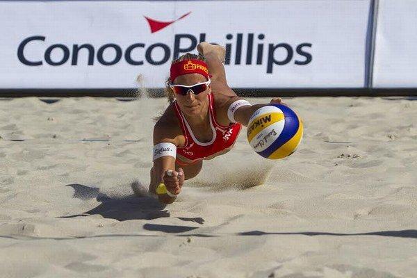 Dominika Nestarcová je z dvojice s Natáliou Dubovcovou skúsenejšia. Hrávala za VTC Pezinok.