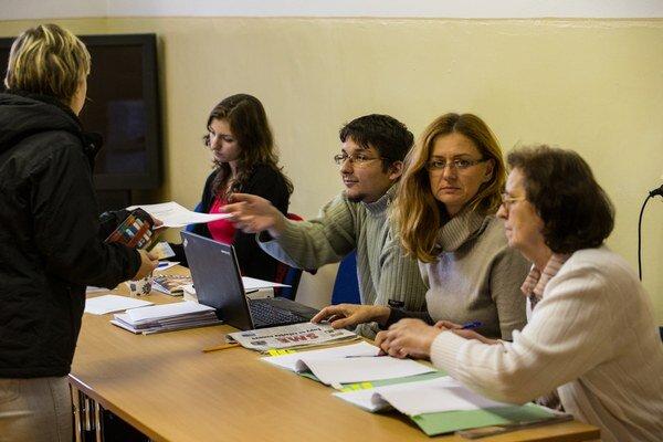 Voľný čas si členovia volebnej komisie krátia sledovaním dennej tlače či lúštením krížoviek.