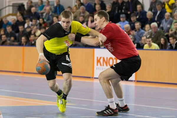 Modran Tomáš Tschur pri lopte bojuje s Pezinčanom Matejom Féderom.