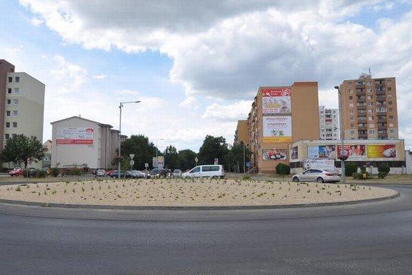 Kruhový objazd na Trnavskej ulici. Z výsadbu zaplatila radnica 5600 eur aj s daňou.