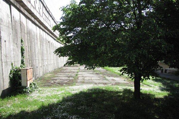 Pozemok za plotom nemocnice pri železničnom podjazde na Žarnovovej. Práve tu bude už onedlho nové parkovisko.