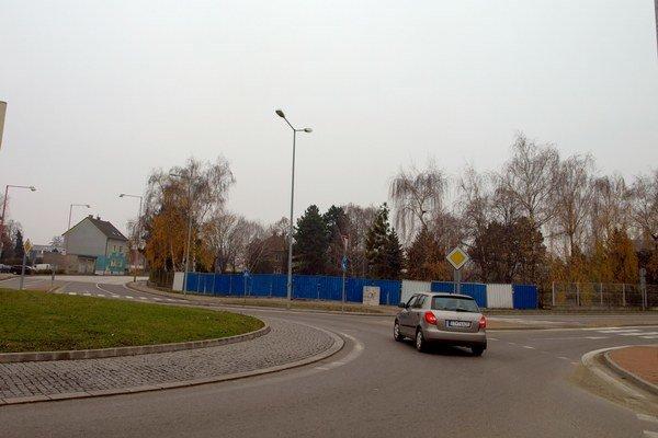 Na bývalých pozemkoch Sempolu má vyrásť obchodné centrum.