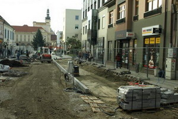 Obnovu ulice spomalili nezakreslené inžinierske siete.
