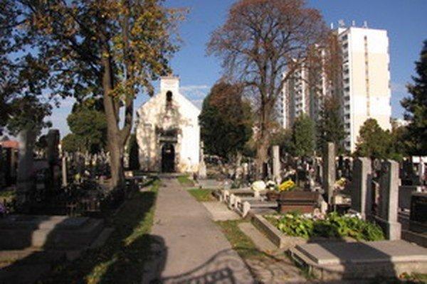 Počas víkendu budú všetky cintoríny otvorené dlhšie.