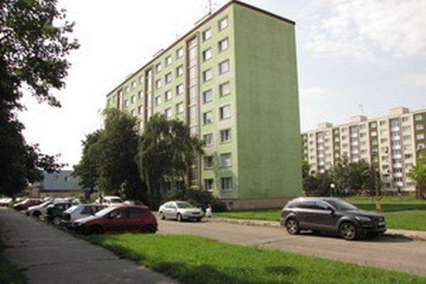 Čitateľka z Jiráskovej sa sťažuje na nedostatok parkovacích miest pre domácich.