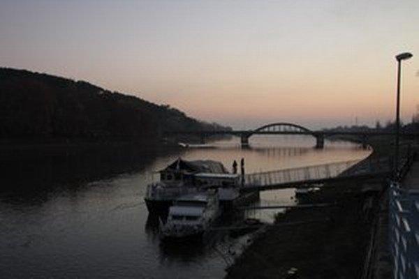 Krajinský most predstavuje jedinú možnosť, ako sa vozidlom dostať na druhú stranu. Obchádzky budú viesť cez Hlohovec a Lúku nad Váhom.