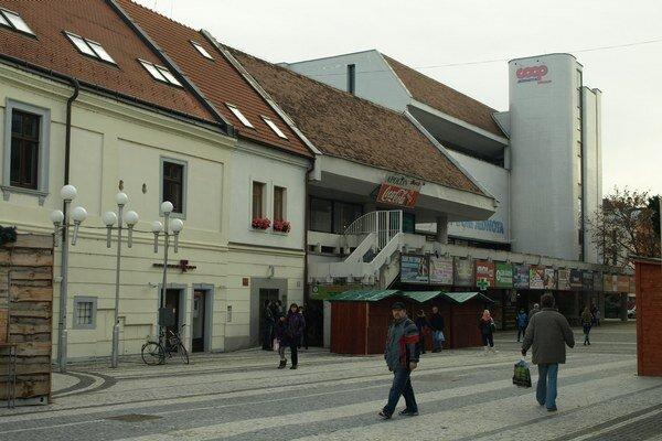 Ľudia mierili viac do obchodov ako do volebných miestností.