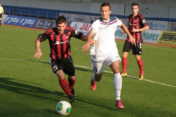 Strelec druhého trnavského gólu Rehák bojuje s Lienerom.