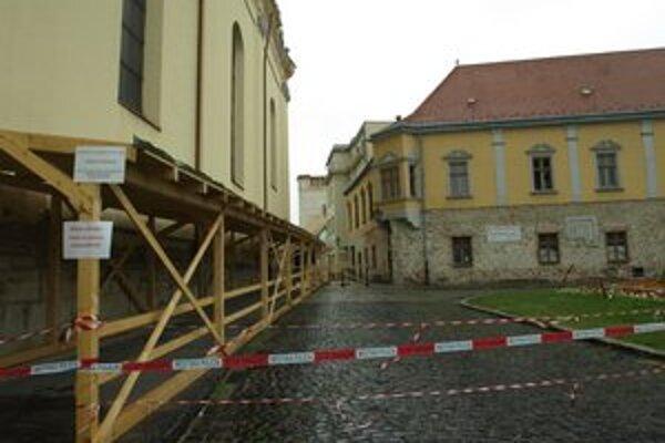 Vstup na Divadelnú ulicu ohradili policajné pásky.