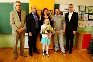 Saška (9) s rodičmi a gratulantmi.