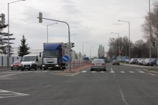 Nitrianska. Policajti tvrdia, že šírka vozovky nie je dostatočná na to, aby sa tam mohli otáčať autá.