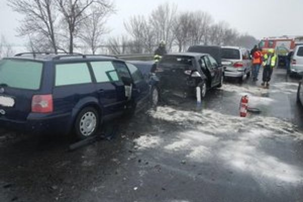 Sneženie spôsobilo desiatky nehôd.