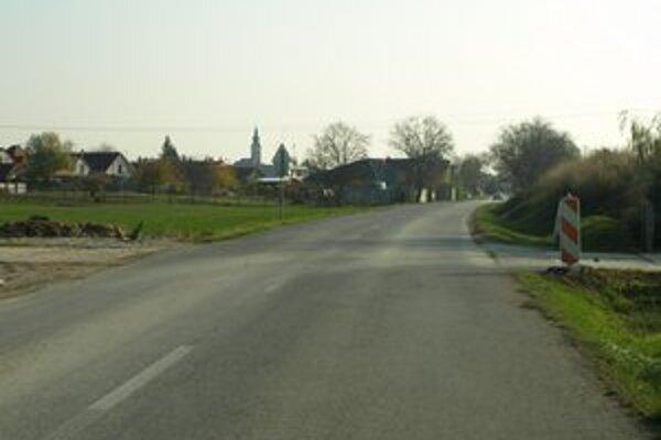 Cetsa do Šúroviec - krajnica v úseku od Zavara je na viacerých miestach prepadnutá.