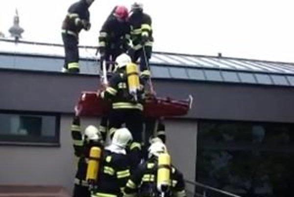 Hasiči zachraňovali aj človeka, ktorý uviazol na druhom poschodí hotela.