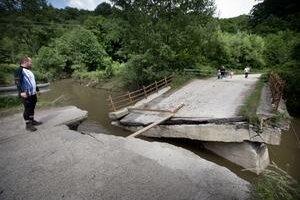 Most do časti Majdánske v Horných Orešanoch bol po povodniach prelomený. Istý čas sa dalo prejsť iba po doske.
