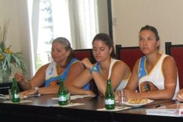 Basketbalový klub Piešťanské čajky predstavil aj tri posily. Zľava: Lucia Krč-Turbová, Marta Páleniková a Michaela Malinková.