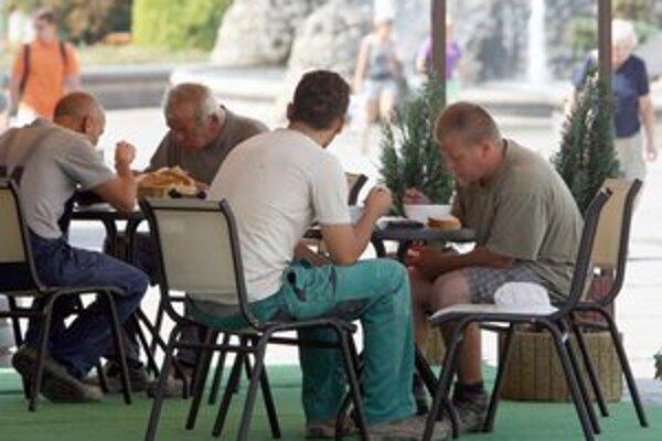 Letné terasy v Trnave zatiaľ oficiálne nerozložili.