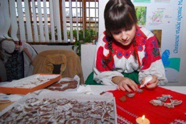 Pod vedením medovnikárky Olívie Papiernikovej z Trstína sa záujemcovia naučia zdobiť medovníky rôznymi vzormi.