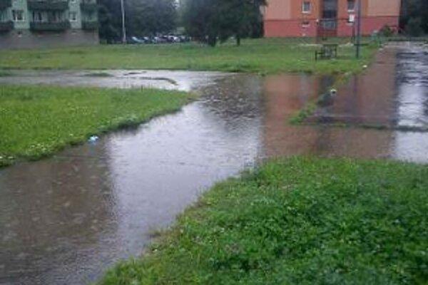 Po daždi sa po chodníku prejsť nedá.