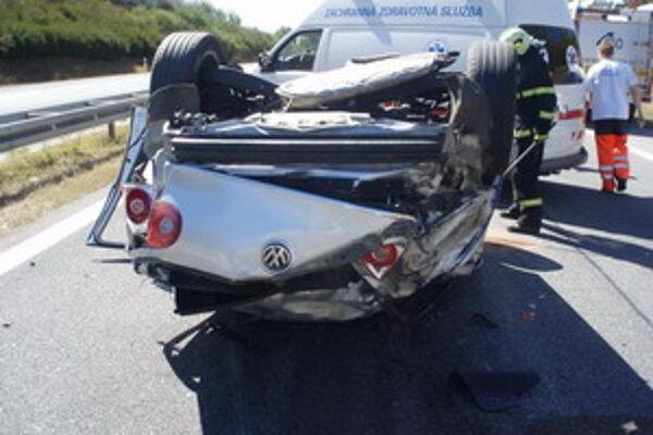 Havarovaný Golf. Čo bolo príčinou nehody zatiaľ nevieme.