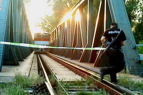 Most uzavrela polícia.