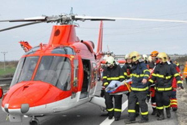 Pri nehode v nedeľu zasahoval aj záchranársky vrtuľník.