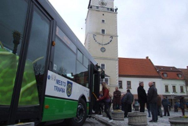 Nové autobusy predstavili verejnosti na námestí.