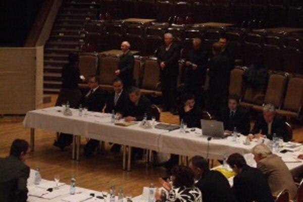 Poslanci čakajú, aby vhodili svoje hlasovacie lístky do urny.