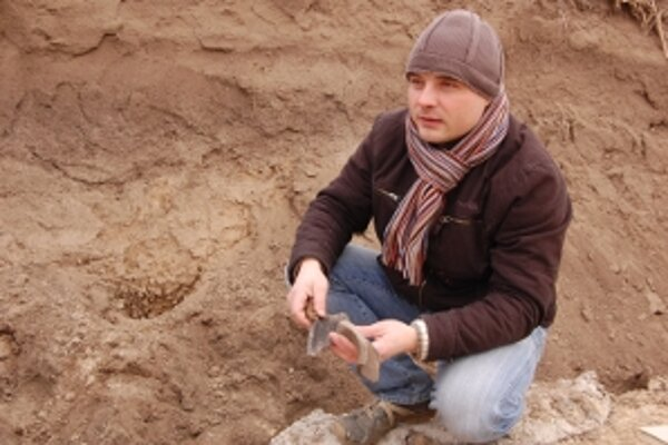 Jozef Urminský z Vlastivedného múzea v Hlohovci. Podľa jeho slov sa miesto unikátneho nálezu nachádza v známej archeologickej lokalite.