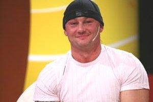 Jedným z obvinených je aj Anton F., známy z televíznej reality show Vyvolení ako Tony.