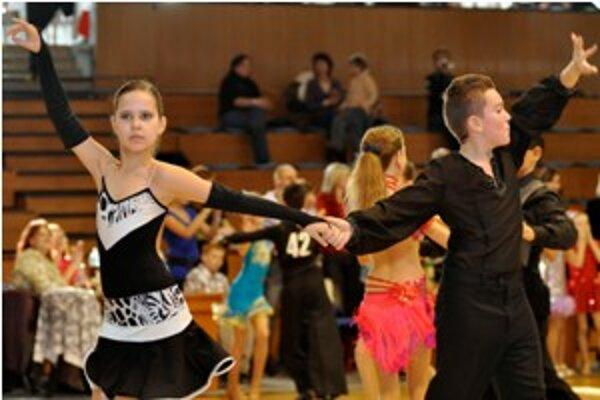 V mestskej športovej hale súťažilo ako 200 tanečných párov.